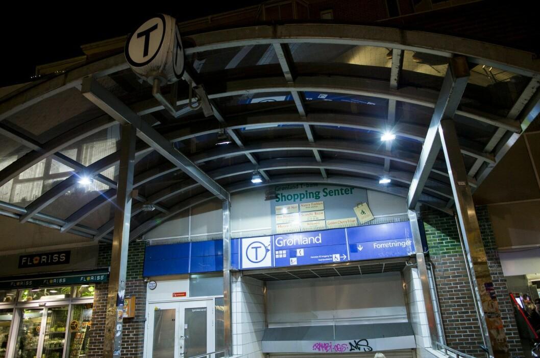 Rette etter midnatt meldte politiet at en ung mann ble fraranet skoene sine ved Grønland T-banestasjon. Foto: Vegard Wivestad Grøtt / NTB scanpix