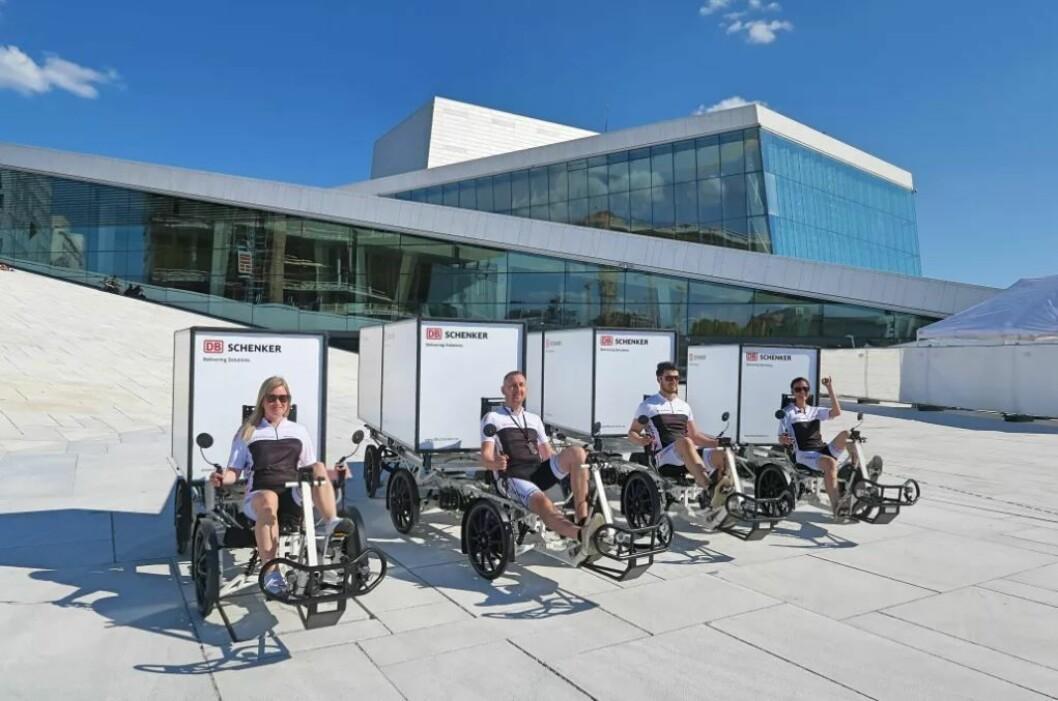 Transportkjempen Schenker var i fjor muligens det første store firmaet i Oslo som tok i bruk elektriske varesykler. Her ser vi noen av varesyklene fotografert på operaen sommeren 2018. Foto: Schenker
