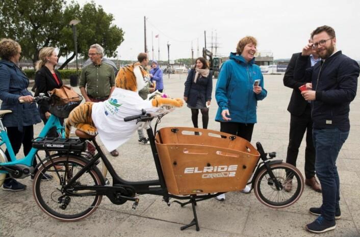 Oslo kommune skal gi 140 bedrifter økonomisk støtte til å gå til innkjøp av 188 elektriske lastesykler. Her deler ordfører Marianne Borgen ut is på Rådhusplassen i forbindelse med lanseringen av Oslo som Europas miljøhovedstad 2019. Foto: Berit Roald / NTB scanpix