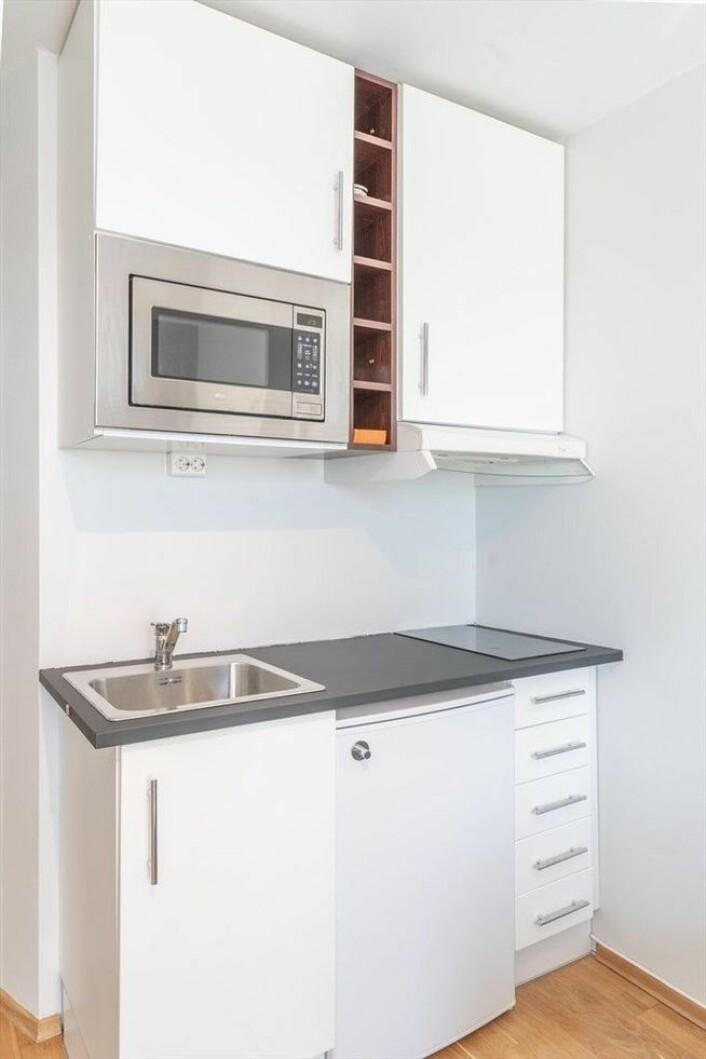 Kjøkkenet i den nylig solgte leiligheten er verken stort eller teknisk innbydende. Foto: Mads Andersen