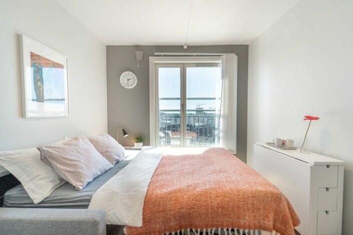 Her er rommet avbildet som soverom med utslått seng. Foto: Mads Andersen