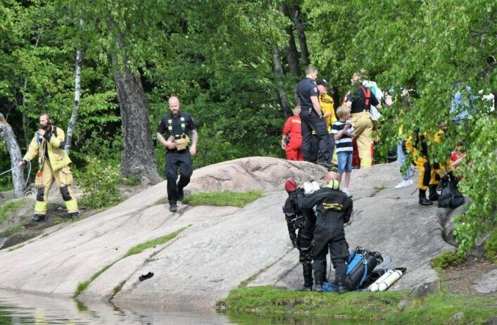 Dykkere fra Oslo brann- og redningsetat i aksjon da en liten ferge kantret i Frysjadammen i juni i år. Foto: Christian Boger