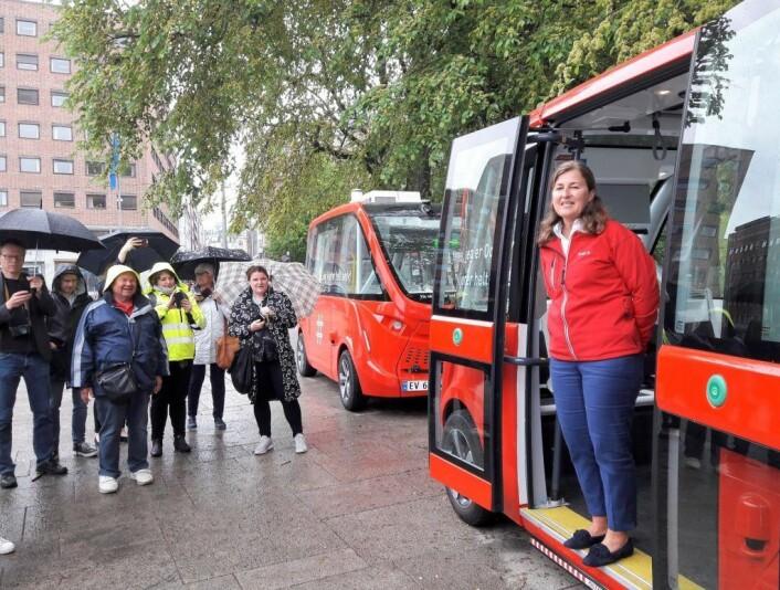 Leder for mobilitetstjenester i Ruter, Vibeke Harlem ønsket velkommen til kjøretur med den førerløse bussen på rute 35 i mai i år. Foto: Anders Høilund