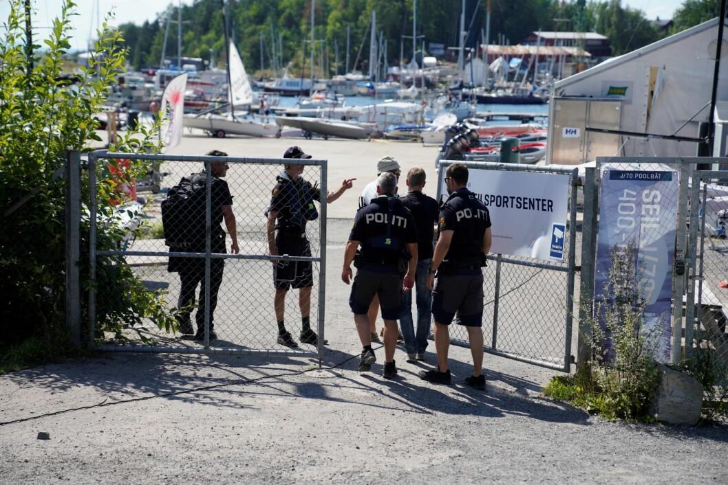 Politiet ved KNS seilsenter på vei ut til der den døde kvinnen ble funnet. Foto: Fredrik Hagen / NTB scanpix