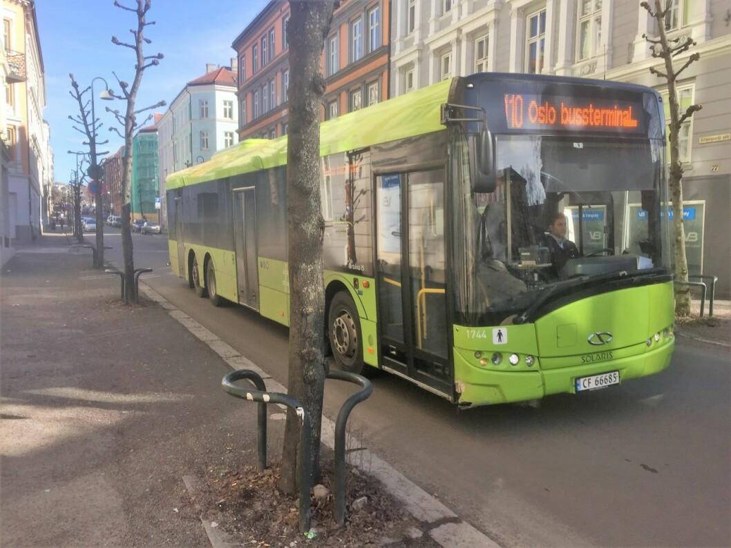 Trass i langvarig dialog og en rekke forslag til alternative bussruter, skjer det lite med all busstrafikken gjennom Scweigaards gate. Foto: Vegard Velle