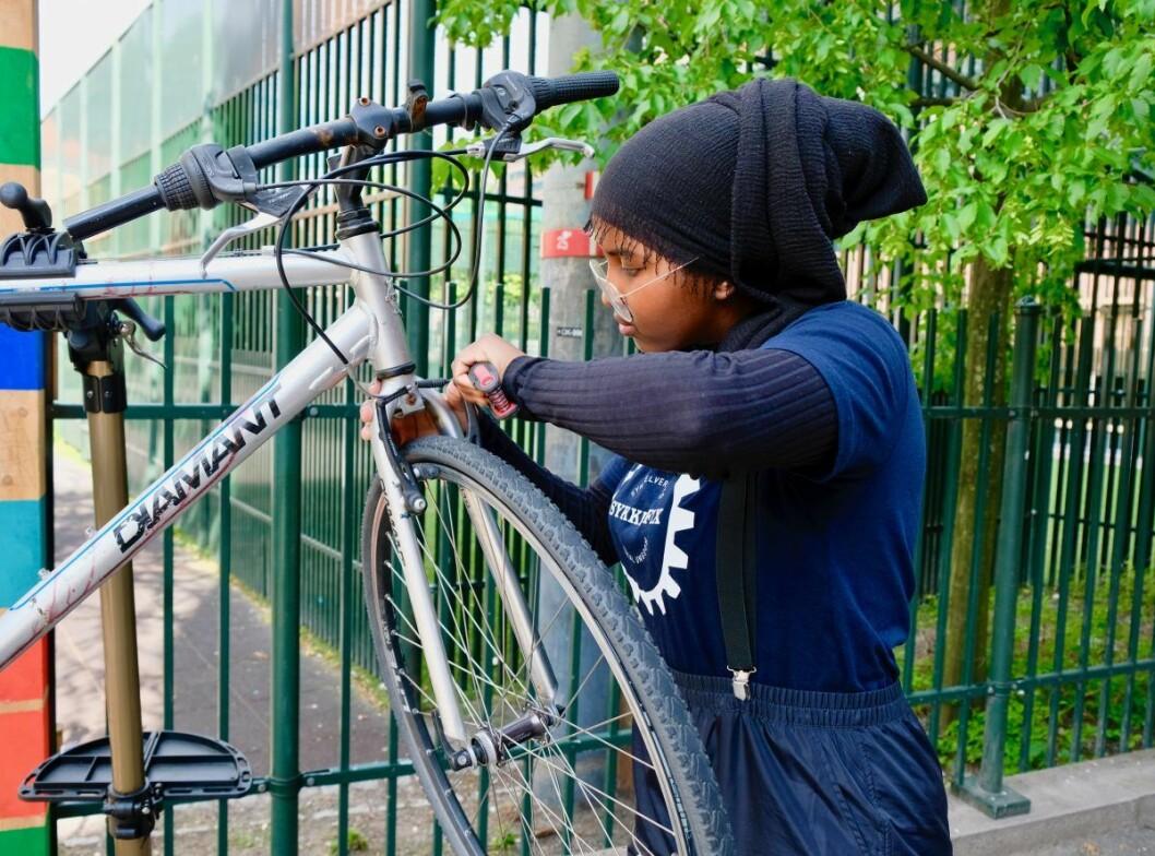 Som et resultat av den økte satsingen på velferdstiltak, har Najma Yahye Omar vært ansatt som sykkelmekaniker på Tøyen. Foto: Emilie Pascale