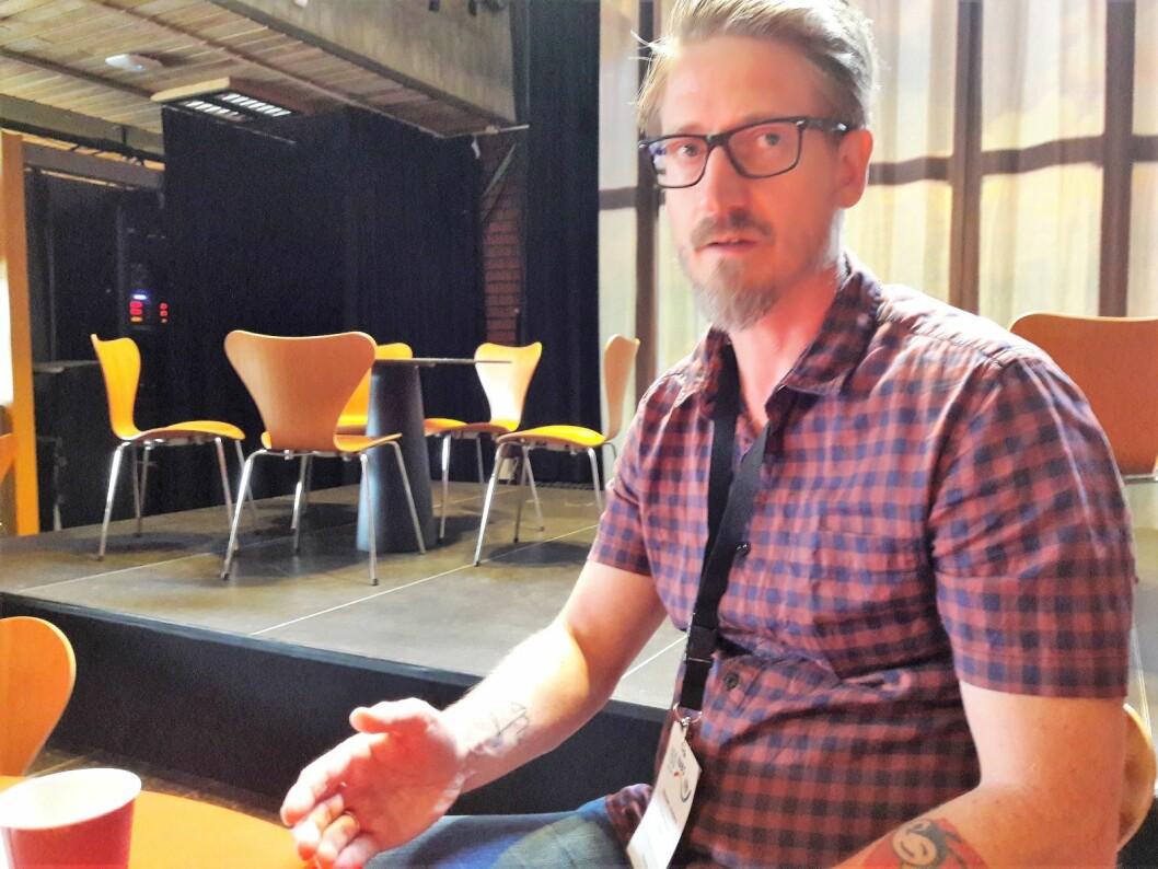Humleforsker Anders Nielsen vil frikjenne parklinden for massivt humledrap. Foto: Anders Høilund