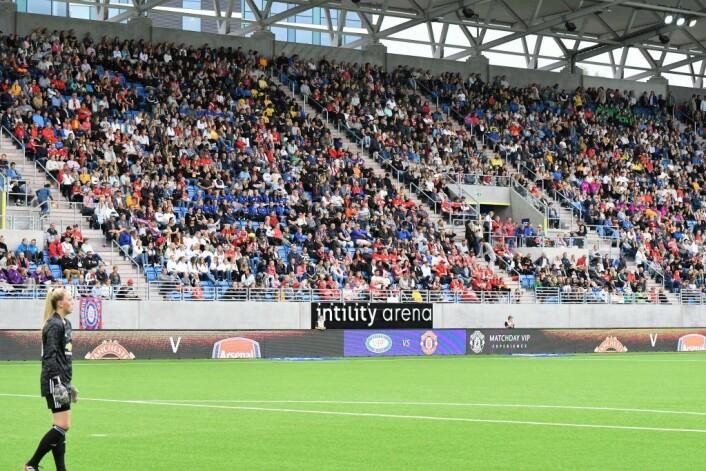 Med 7124 tilskuere til stede satte Vålerenga-jentene ny publikumsrekord for damekamper som ikke arrangeres av Fotballforbundet Foto: Christian Boger