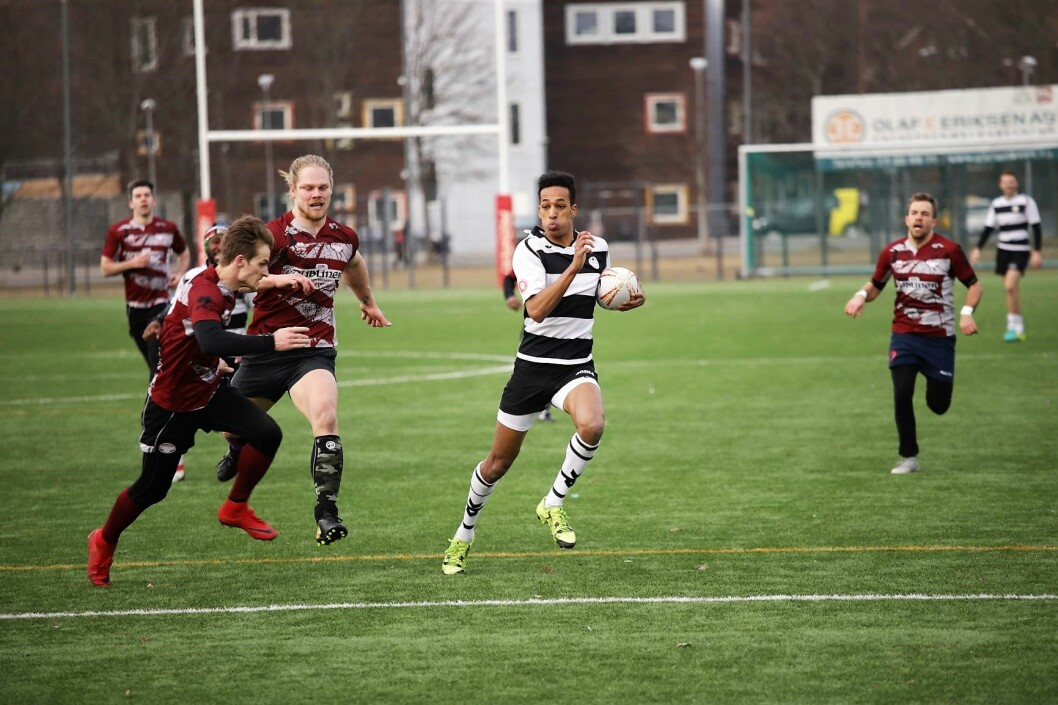 Sagene IF Rugby i sitt tradisjonelle sort og hvite drakter. Her fra en kamp mot Blindern i april. Foto: Arvid Sivertsen