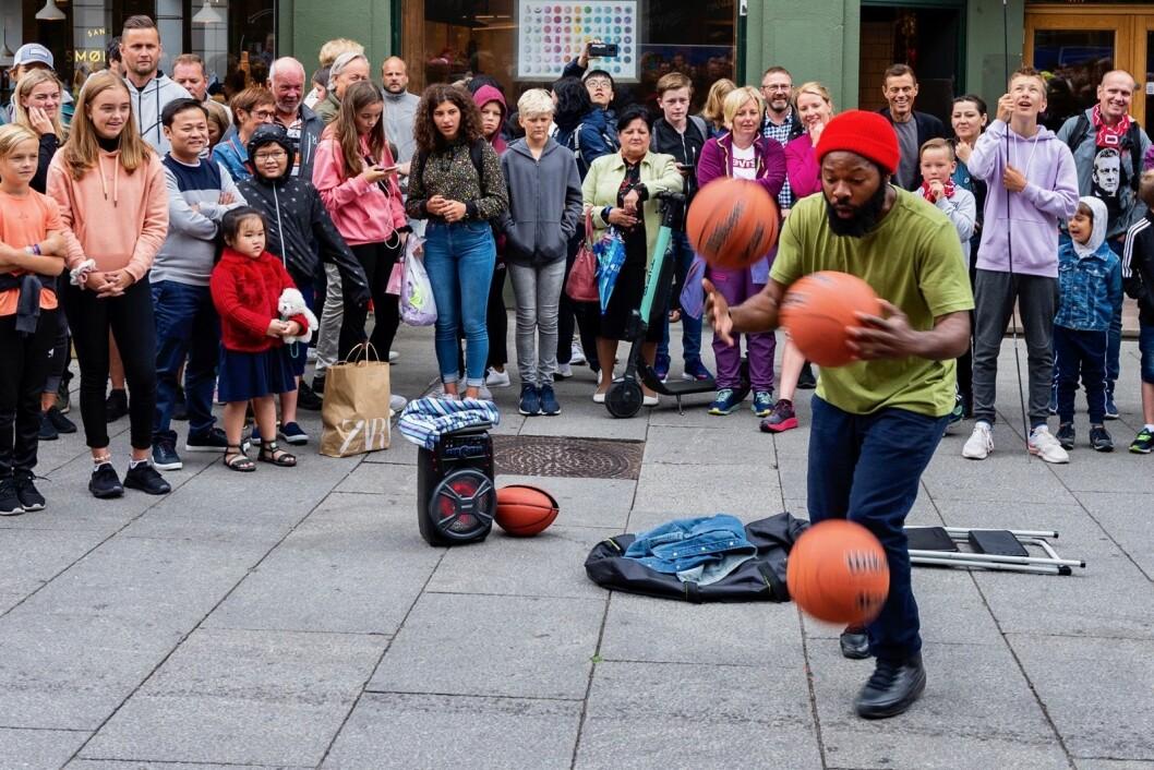 Rashaun, AKA The Basketballman, har en lidenskap for basketballer. Her viser han et av sine triks på Karl Johan. Foto: Morten Lauveng Jørgensen