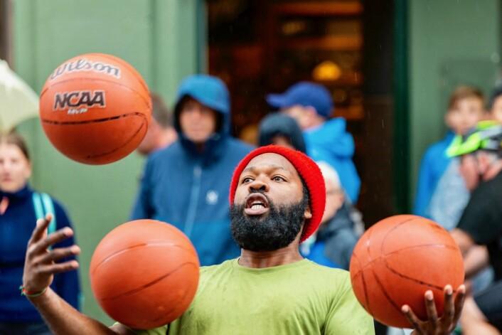 Ballene flyr i det Rashaun begynner opptreden sin. Foto: Morten Lauveng Jørgensen