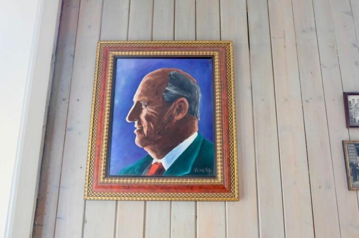 I fellesstua henger et hjemmelaget maleri av kong Harald. Foto: Emilie Pascale