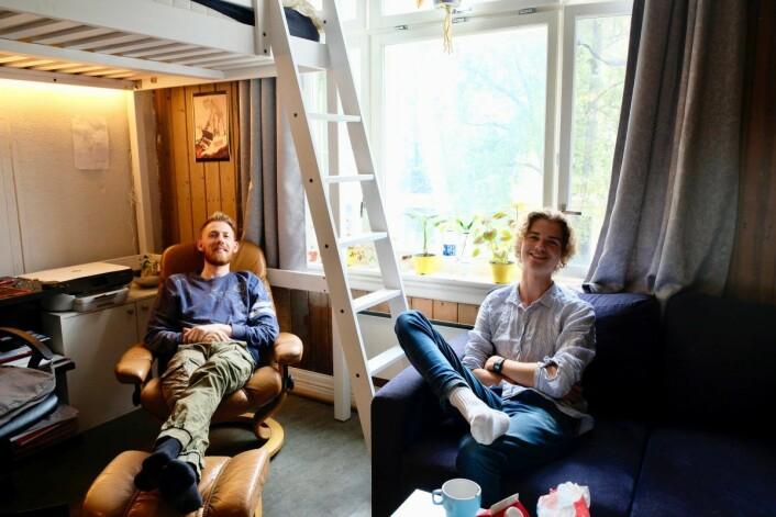 Johan Zeiner Henriksen (20, til høyre) og Adrian Anton August Starberg (25) gleder seg begge to til det kommende hundreårsjubileet. Foto: Emilie Pascale