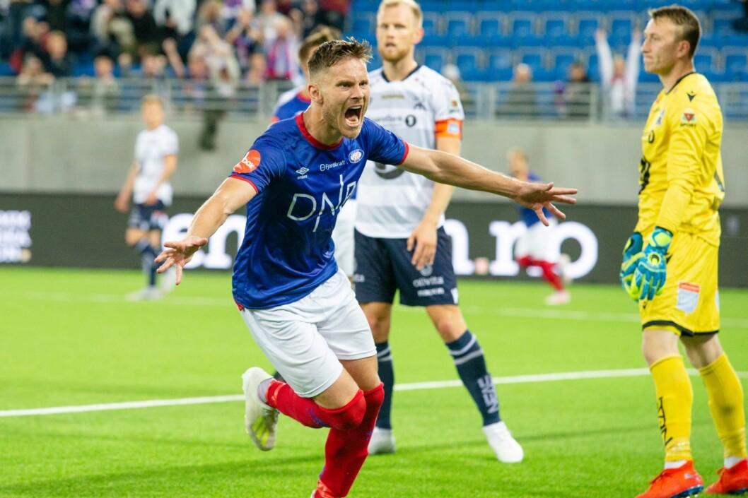 Vålerengas Matthias Vilhjalmsson scorer under eliteseriekampen i fotball mellom Vålerenga og Kristiansund på Intility Arena. Foto: Audun Braastad / NTB scanpix