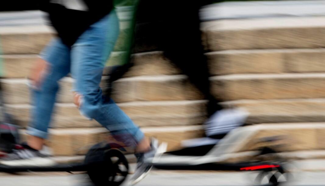 Føreren blir anmeldt for å ha kjørt sparkesykkelen uten skilt.
