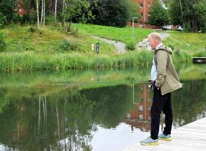 Raymond Johansen minnes gamle fiskebravader i Lutvann og Puttjern i Østmarka mens han følger med på duppens bevegelser. Foto: André Kjernsli