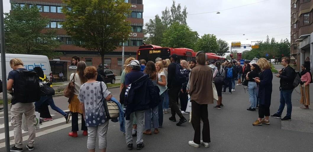Passsjerer venter på buss for bane i Kjølberggata ved Tøyen. � Beregn god tid hvis du skal reise mellom Tøyen og Brynseng, er rådet fra Ruter. Foto: Christian Boger