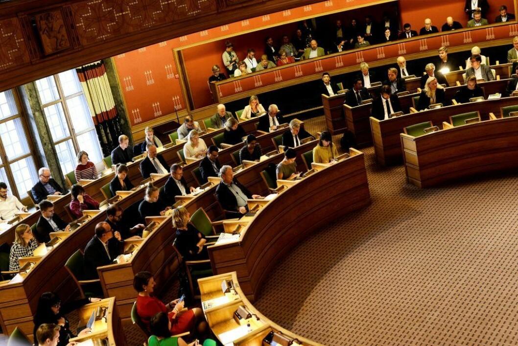 I bystyresalen har de rødgrønne partiene hatt et knapt flertall i fire år. Men en snittprognose viser at de borgerlige partiene kan vippe valget i sin favør 9.september. Hver eneste stemme teller for Oslos partier. Foto: Christian Vassdal