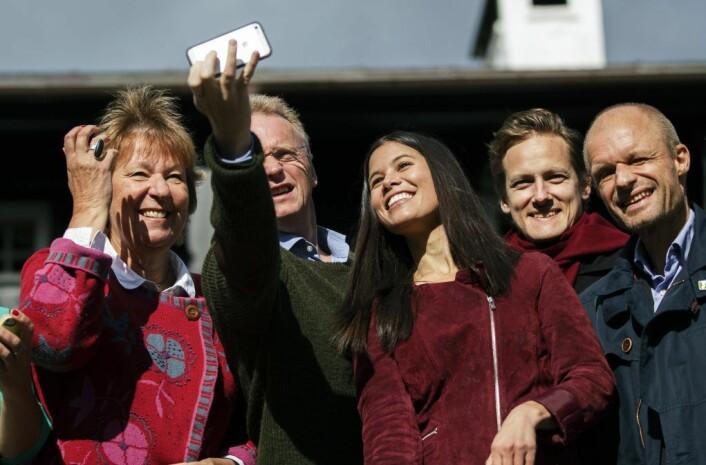 Rødgrønne byrådskamerater tar selfie etter å ha blitt enige om ekrlæring i 2015. Fra venstre: Marianne Borgen (SV), Raymond Johansen (Ap), Lan Marie Nguyen Berg (MDG), Benjamin Larsen (SV) og Harald Nissen (MDG). Foto: Berit Roald / NTB scanpix