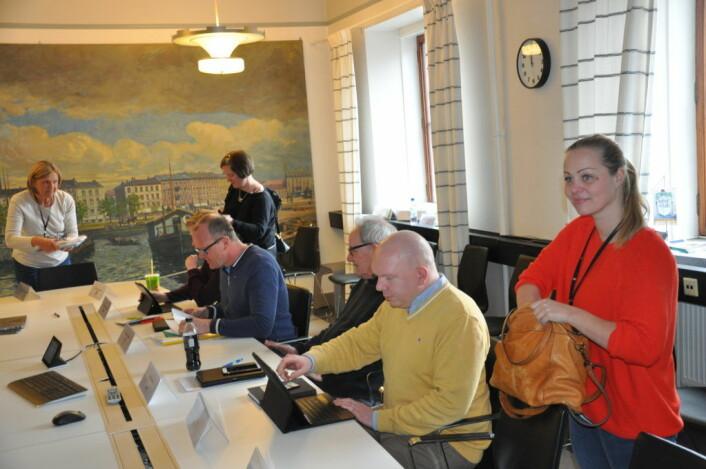 Rødts Eivor Evenrud stående før et komitémøte i Rådhuset. Sittende fra høyre mot venstre; Lasr P. Solås (Frp), Ivar Johansen (SV) og Frode Jacobsen (Ap). Foto: Arnsten Linstad