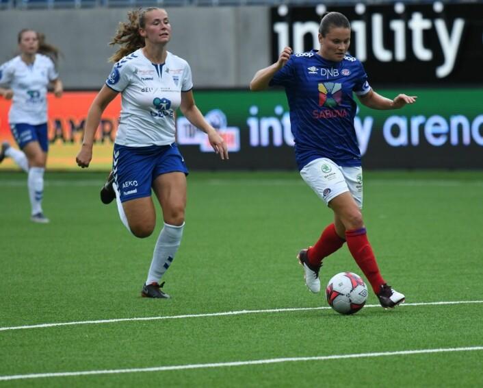 Midtbanemotor Sherida Spitse og Vålerenga-jentene var ofte ett skritt eller to foran motstanderne fra Kolbotn lørdag ettermiddag. Foto Christian Boger
