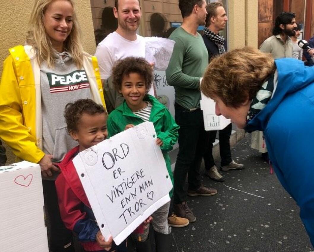 Ordfører Marianne Borgen møtte folk på Grønland som slo ring rundt bydelene moskéer etter skytingen lørdag.  Foto: Stian Amadeus Antonsen