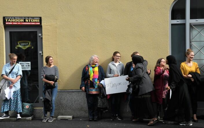 Folk fra lokalmiljøet og andre slo søndag ring om ICC-moskéen på Grønland for å vise sin avsky mot angrepet i Bærum lørdag ettermiddag. Foto: Christian Boger