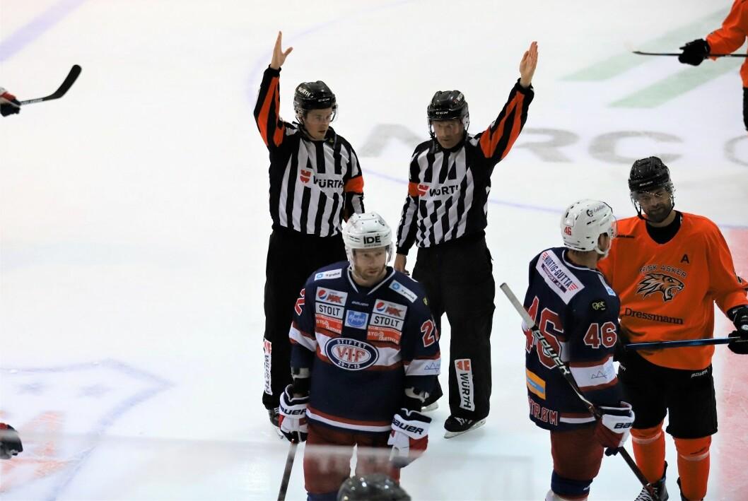 Det var ingen stygg kamp, men det ble allikevel delt ut tre matchstraffer i årets første treningskamp mellom VIF og Frisk. Foto: André Kjernsli