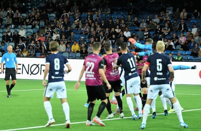 Godset-keeper og nysignering Martin Hansen uheldig i feltet og Vålerenga reduserer til 3-2. Foto: Christian Boger