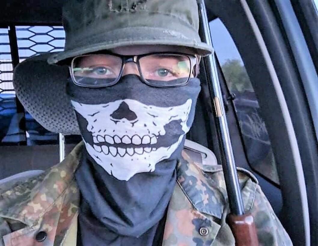 Før moskéskytingen la terrorsiktede Philip Manshaus ut dette bildet på et nettforum. Inne i en bil blir det posert med et skytevåpen. Foto: Privat