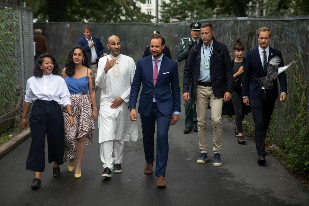 Kronprins Haakon Magnus ankommer Salam og Hammersborg fritidsklubb. Dua til høyre i bildet får symbolisere at han kom i fred. Foto: Olav Helland