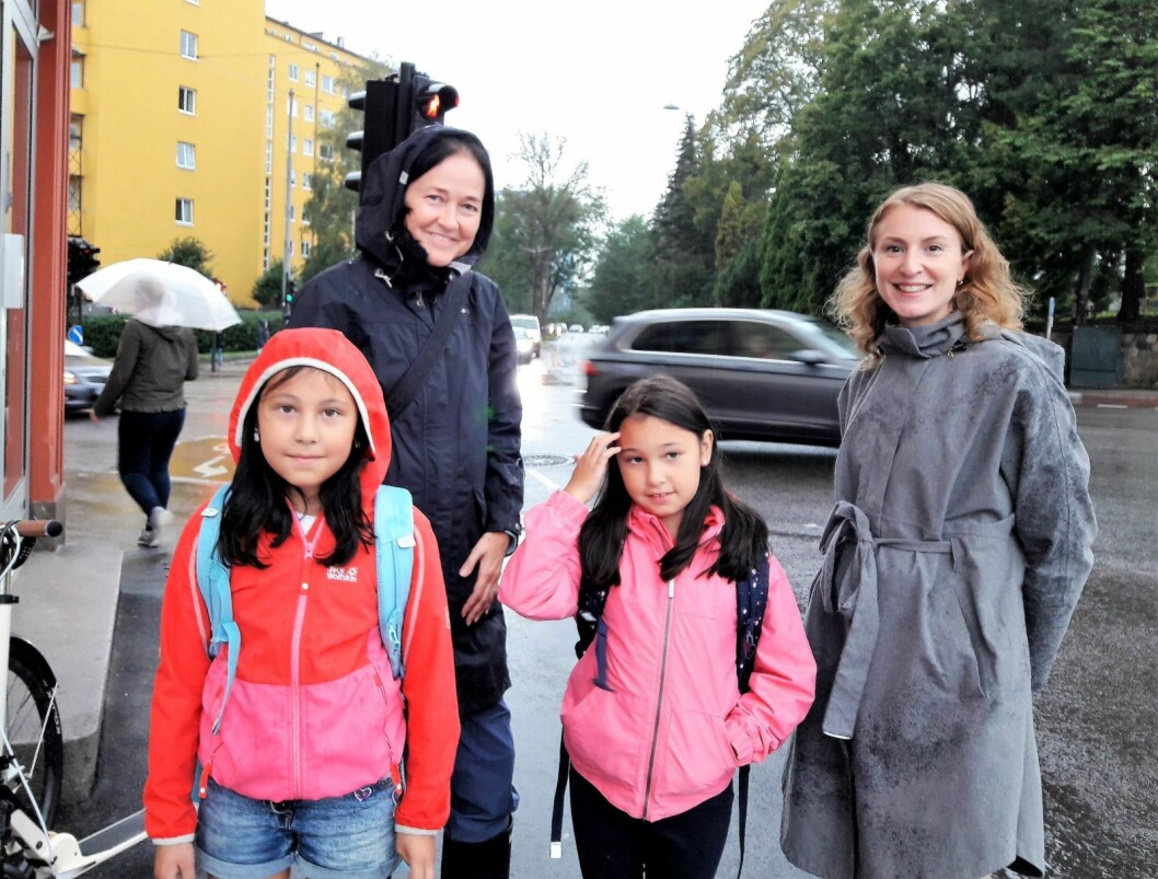 I september vil arbeidet med nytt trafikklys starte. Det er Hanne Solheim (bak til venstre), niåringene Sara og Linde og SVs Sunniva Holmås Eidsvoll glade for. Foto: Anders Høilund