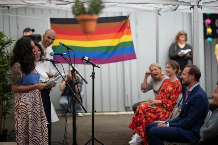 Latteren satt løst da initiativtagerne til Salam fortalte sin historie. Med regnbueflagget i bakgrunnen. Foto: Olav Helland