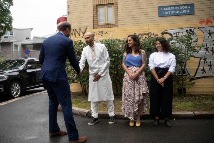 Kronprinsen takket de tre grunnleggerne av Salam for besøket. Foto: Olav Helland