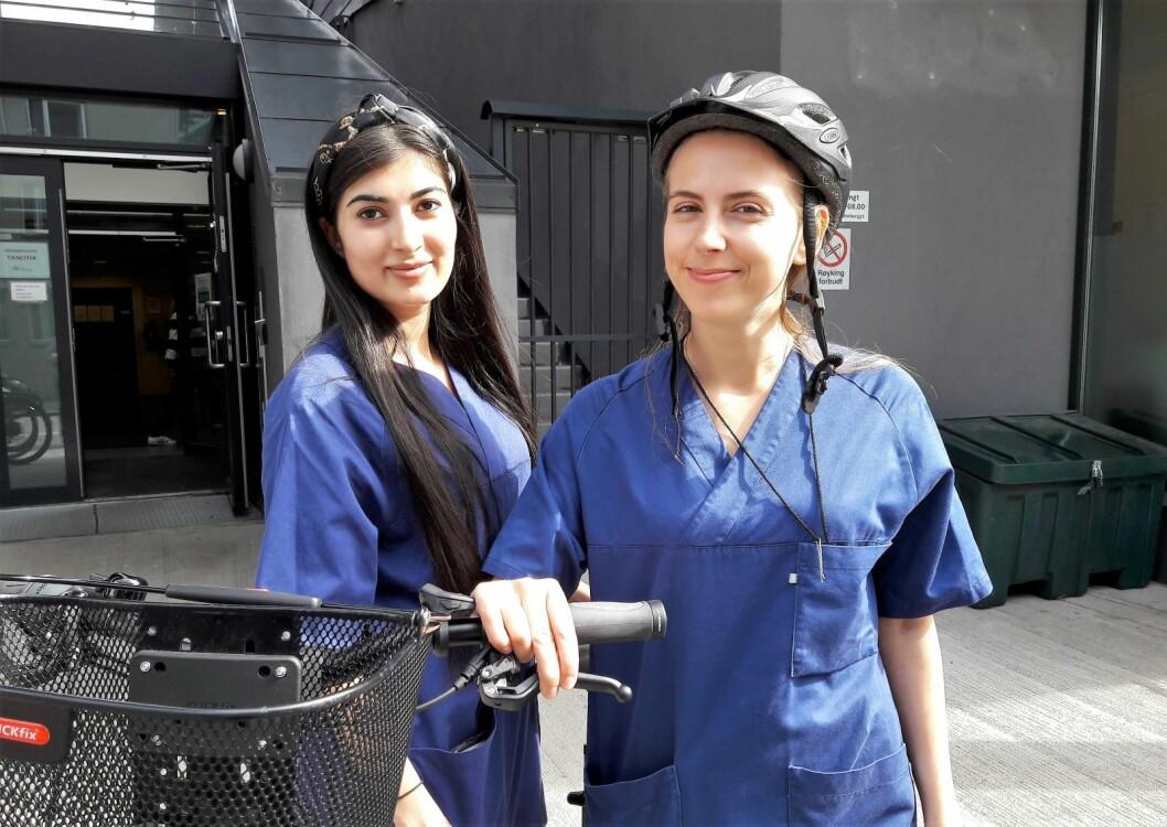 - Når vi bruker elsyker i jobben kommer vi fortere fram, vi er mer presise, og vi kan være mer fleksible, sier sykepleierne Shaista Ahmadzei (til venstre) og Justina Klapatauskaite. Foto: Anders Høilund
