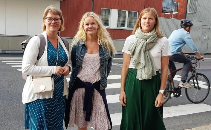 Charlotte Grønvold Hansen (t.v), Ingvild Smørvik og Camilla Rønes i Aksjon Strømsveien etterlyser de lovede trafikksikkerhetstiltakene. Foto: Christian Boger