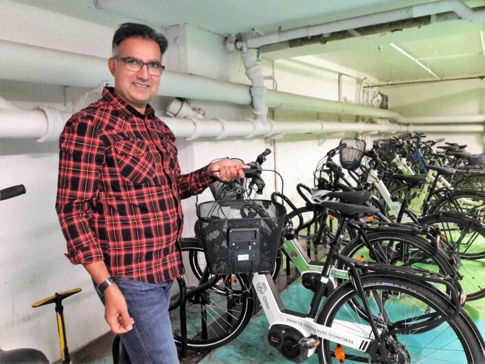 Avdelingsleder Ansar Godal, i bydel Grünerløkkas seksjon for helse og mestring, viser stolt fram en av avdelingens sykler. Foto: Anders Høilund