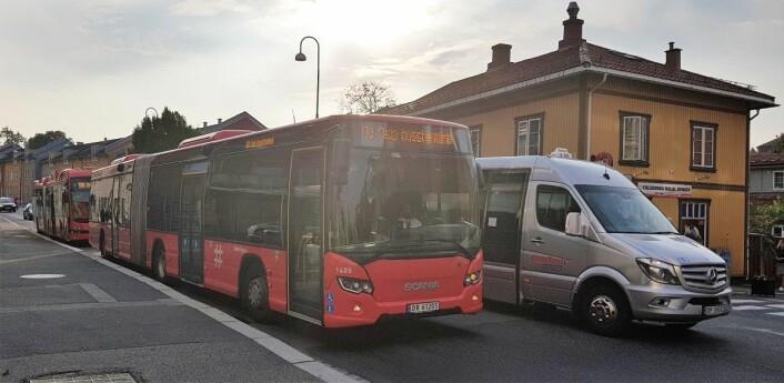Farlig og uvettig forbikjøring hører med til hverdagen i Strømsveien på Vålerenga. Her er det en taxi-buss som passerer en rutebuss på holdeplassen. Foto: Christian Boger