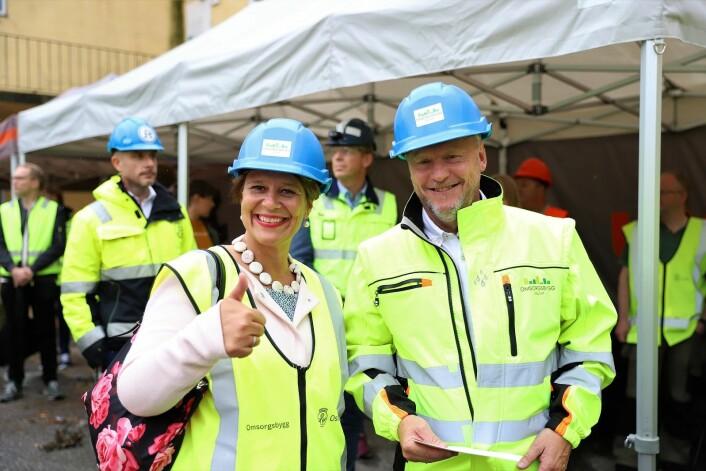 Helsebyråd Tone Tellevik Dahl (AP) og Raymond Johansen (AP) var strålende fornøyde med at arbeidet endelig kommer i gang. Foto: André Kjernsli