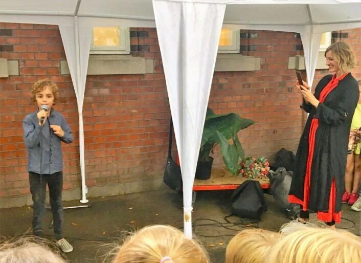 Hall Bjørnstad Skodvin framførte sin egen rap for skolebyråd Inga Marte Thorkildsen. Foto: Vibeke Skistad