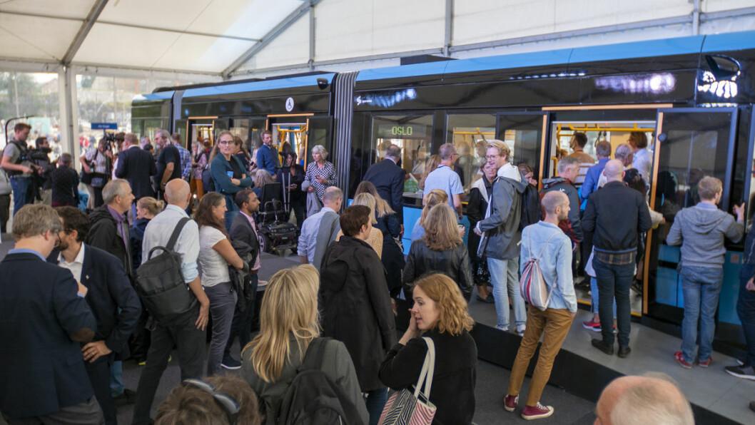 Hundrevis av mennesker møtte opp for å se den nye Urbos oslotrikken. Foto: Thor Langfeldt