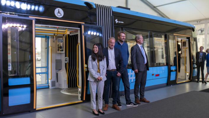 Lan Marie Nguyen Berg (MDG), Raymond Johansen (AP), Eirik Lae Solberg (H) og Cato Hellesjø, direktør i Sporveien, presenterer stolt den nye trikken. Foto: Thor Langfeldt