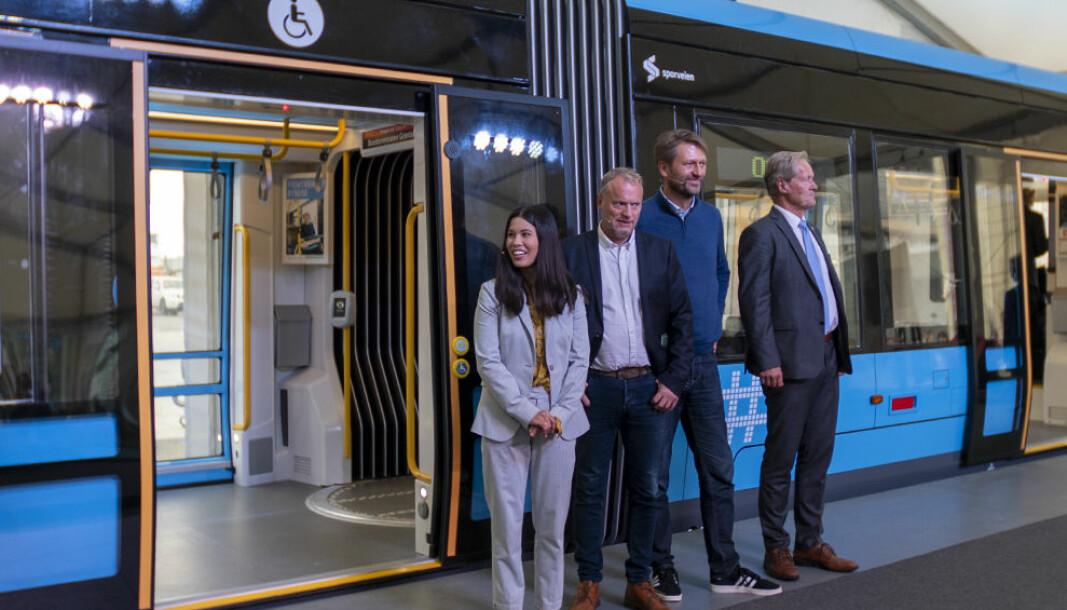 Lan Marie Nguyen Berg (MDG), Raymond Johansen (AP), Eirik Lae Solberg (H) og Cato Hellesjø, direktør i Sporveien, presenterer den nye trikken.