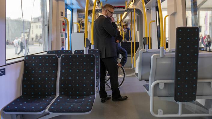 En fremtidig passasjer gransker den nye trikken innvendig. Foto: Thor Langfeldt