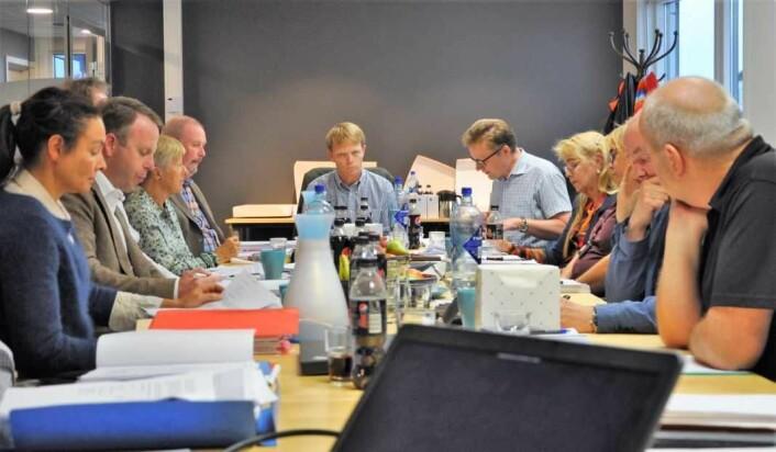 Høyres leder av kontrollutvalget, Ola Kvisgaard (nederst ved bordet) mener det kan være aktuelt å bringe kommunerevisjonen inn i granskingen av eneregigjenvinningsetaten. Foto: Arnsten Linstad