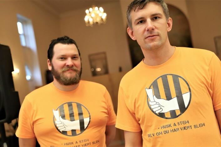 Daglig leder i Røverhuset, Knut Erik Wold og debattleder i Røverradioen, Simen Iskariot Larsen. Budskapet på t-skjortene er klart.