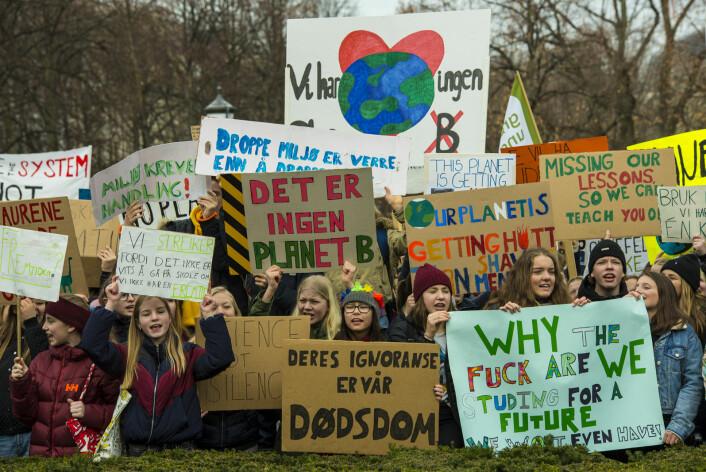 Fredag er det ventet mange skoleelever utenfor Stortinget. Her et bilde fra fjorårets klimastreik. Foto: Morten Lauveng Jørgensen