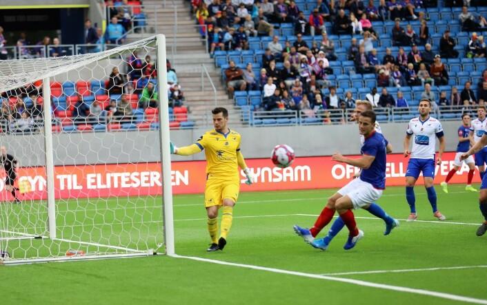 Herolind Shala kommer litt for sent i denne situasjonen, men utgjorde likevel forskjellen på lagene i 1. omgang. Foto: André Kjernsli