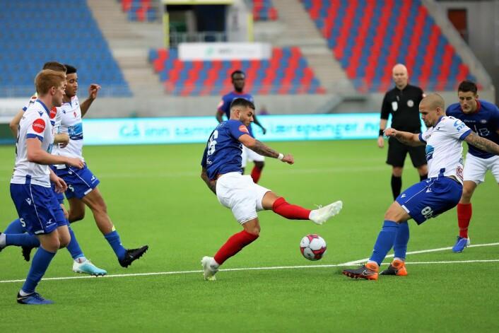 Aron Dønnum bommer nesten på ballen når han skal avslutte, et godt bilde på formen til VIF akkurat nå. Foto: André Kjernsli