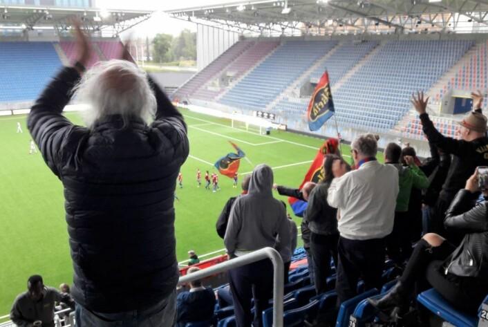 De var ikke mange på tribunen, men alle fikk sitt å juble for. Her har Skeid nettopp gått opp til 2-1. Foto: Anders Høilund
